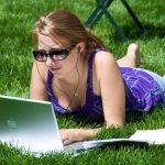 Pisze opinię na laptopie